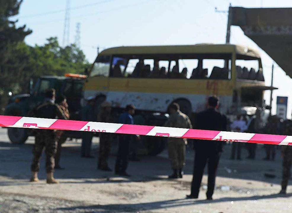 Afghanische Polizisten sperren eine St...erheitsmitarbeitern  hochgegangen ist.  | Foto: AFP