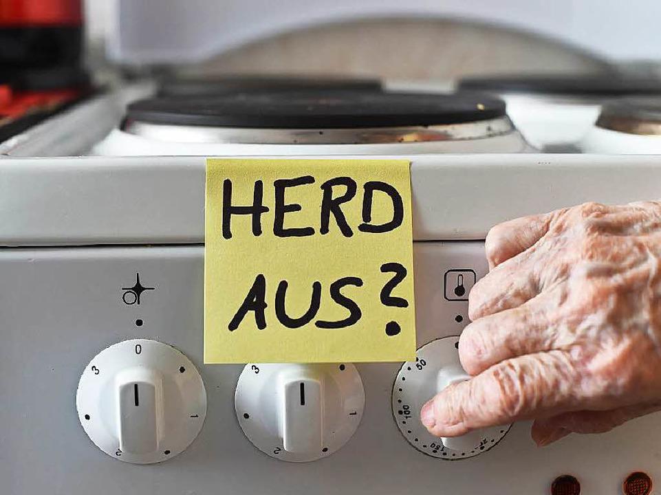 Klebezettel helfen Demenzkranken, an Handgriffe im Haushalt zu denken.  | Foto: dpa
