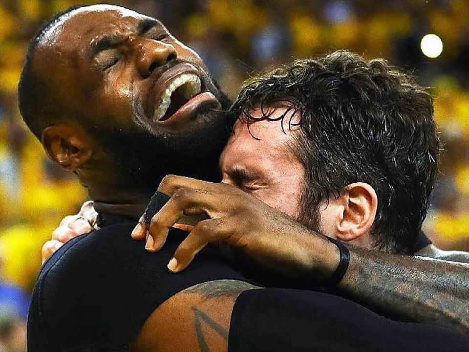 Große Emotionen bei den Cavaliers: LeBron James und Kevin Love im Jubeltaumel.  | Foto: AFP