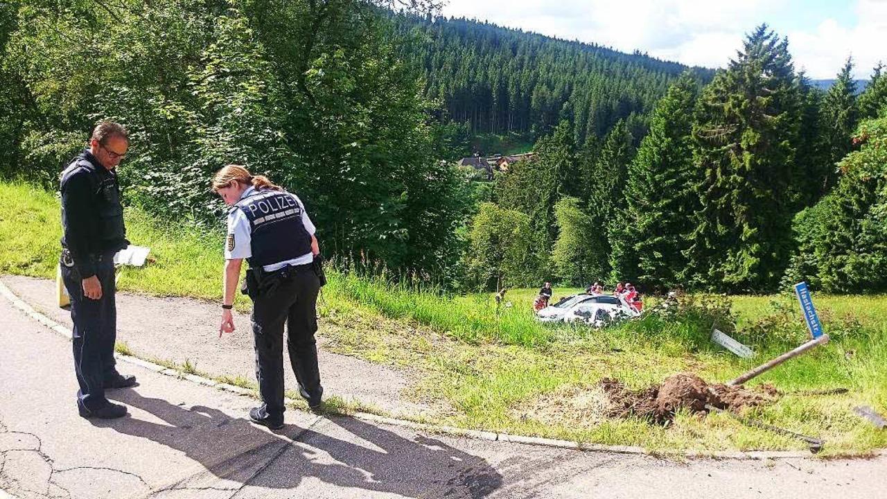 Durch die Kollision wurden die beide Autos die Böschung hinab geschleudert.     Foto: M. Ganz