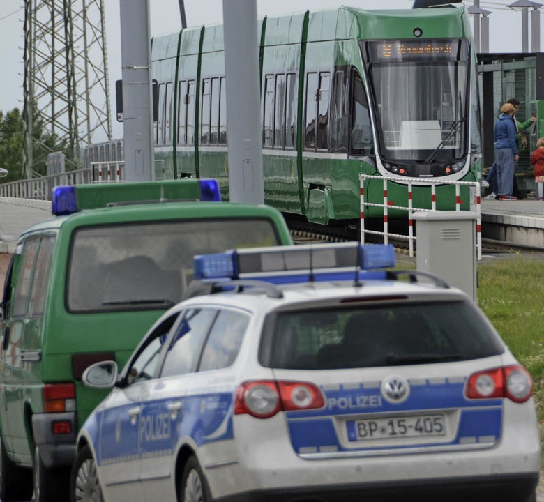 Auch mit der Tram kommen viele Flüchtlinge nach Weil.     Foto: LAUBER