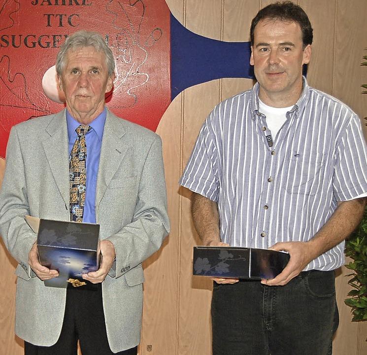 Willi Kury (links) und Martin Kury füh...gab es beim Bankett eine Ehrenurkunde.  | Foto: Christian Ringwald