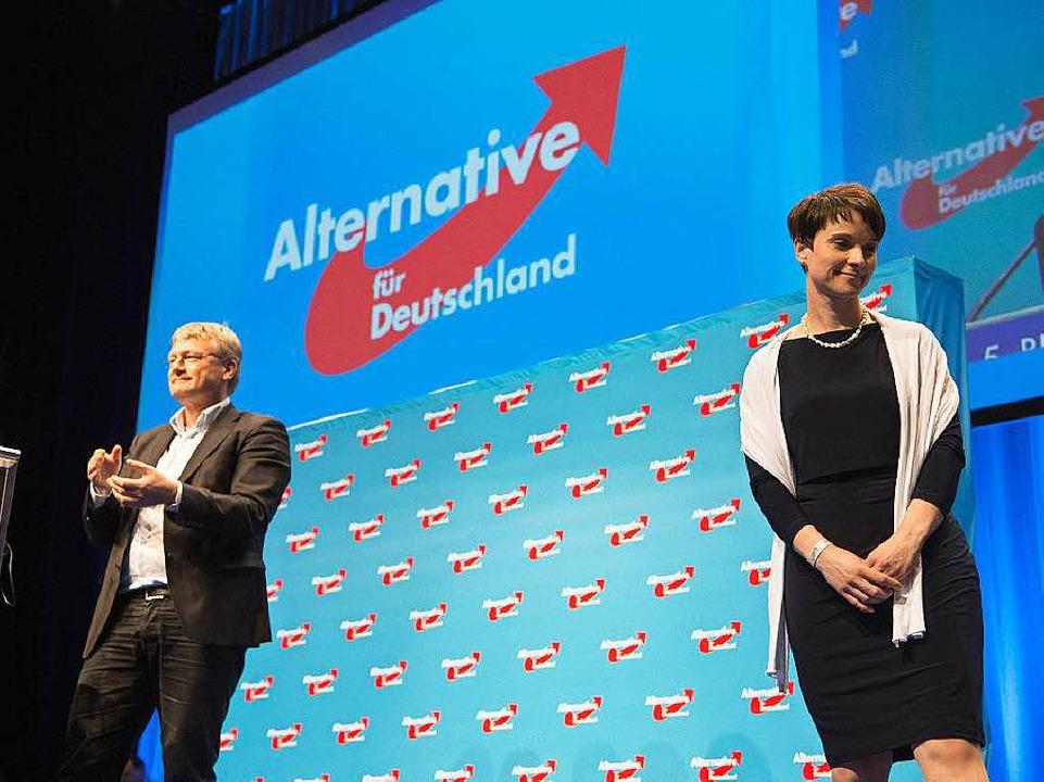 Bild aus harmonischeren Tagen: AfD-Che... beim Stuttgarter Parteitag am 1. Mai   | Foto: dpa