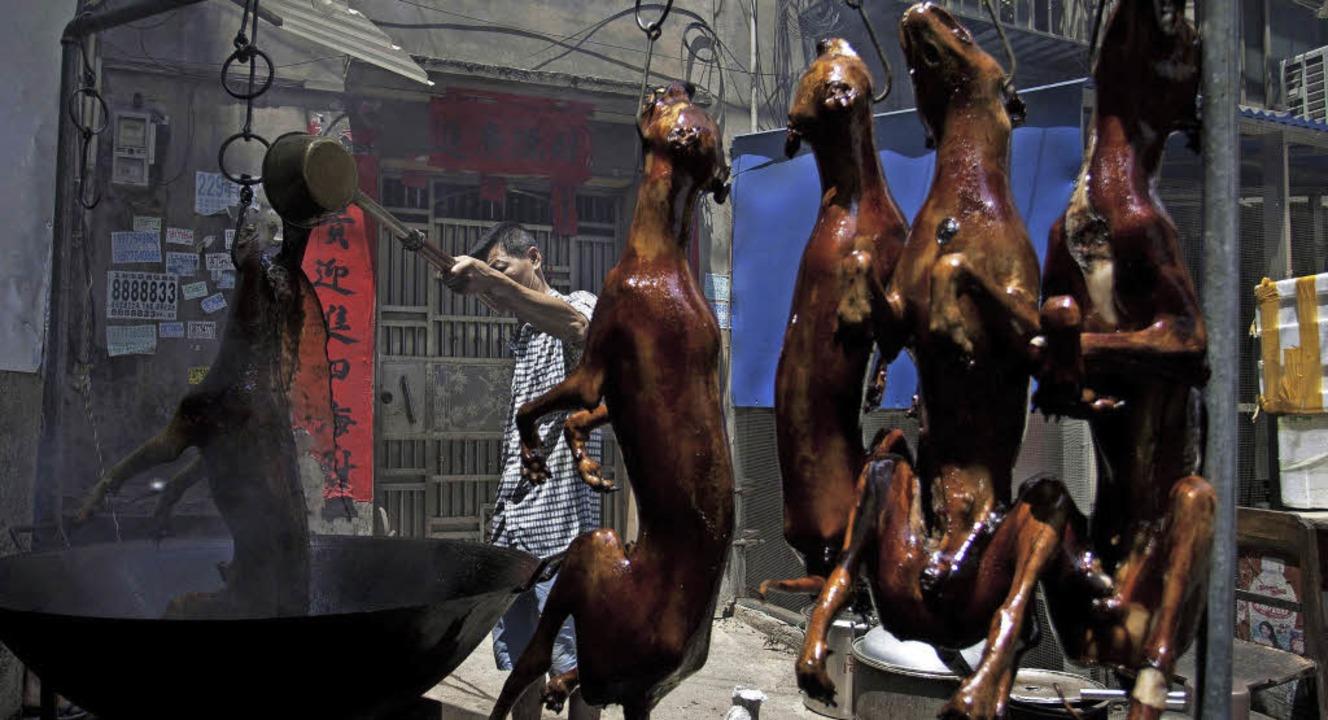 Hundebrater in Yulin haben während des Festivals alle Hände voll zu tun.   | Foto: dpa