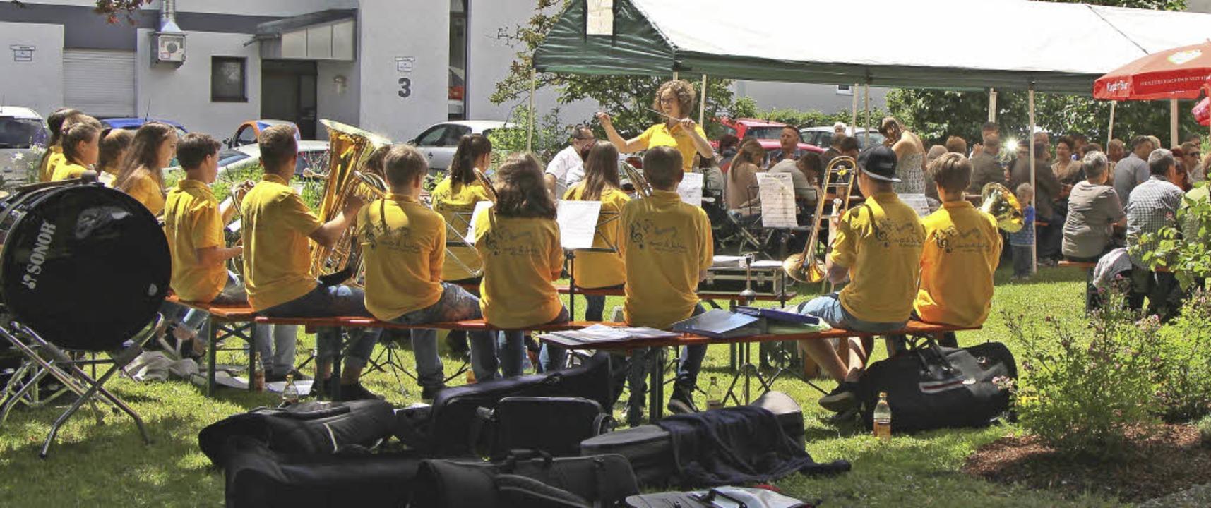 Die Riegeler Jungmusiker spielte beim Gemeindefest.  | Foto: Helmut Hassler