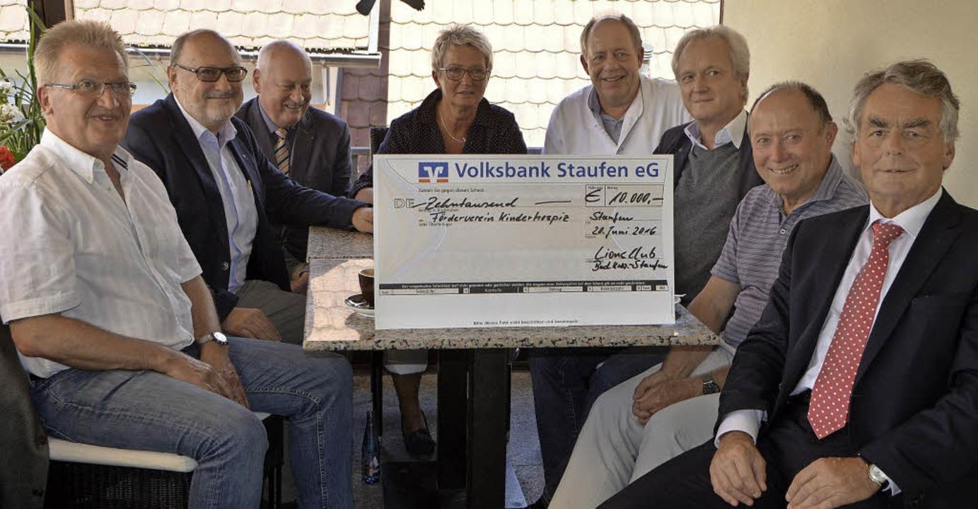 Spendenübergabe des Lions-Clubs mit (v...t, Hermann Lanz und Jochem Stockinger   | Foto: Susanne Müller
