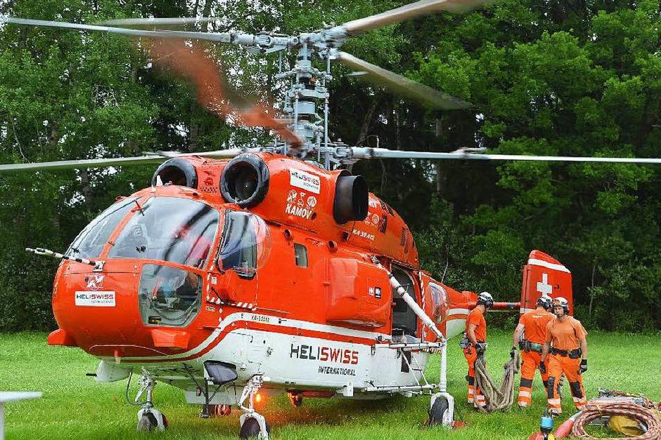 """Der Hubschrauber der Firma Heli Swiss musste für den Schwertransport erst einmal von allem """"Ballast"""" befreit werden. (Foto: Juliane Kühnemund)"""