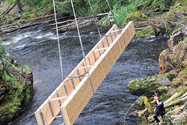 Schauspiel: Tonnenschwere Brücke fliegt in die Schlucht