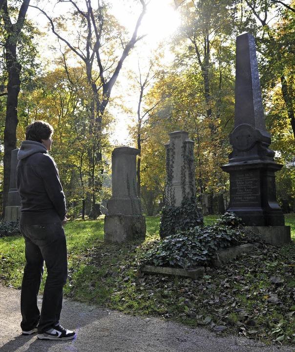 Jeder Mensch weiß, dass auch sein eige...ann enden wird: ein Friedhofsbesucher   | Foto: dpa
