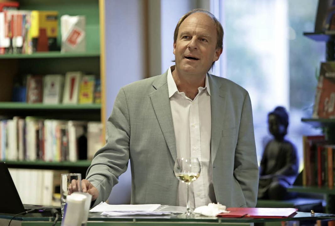 Jens Rosteck rekonstruiert  die Naturgewalt des Bühnentiers Jacques Brel.   | Foto: Christoph Breithaupt