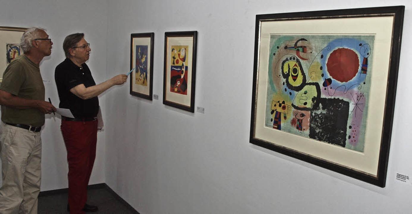Ein Klassiker der Kunst des 20. Jahrhu...(2.v.l.) erklärt Werke von Joan Miró.   | Foto: Michael Haberer