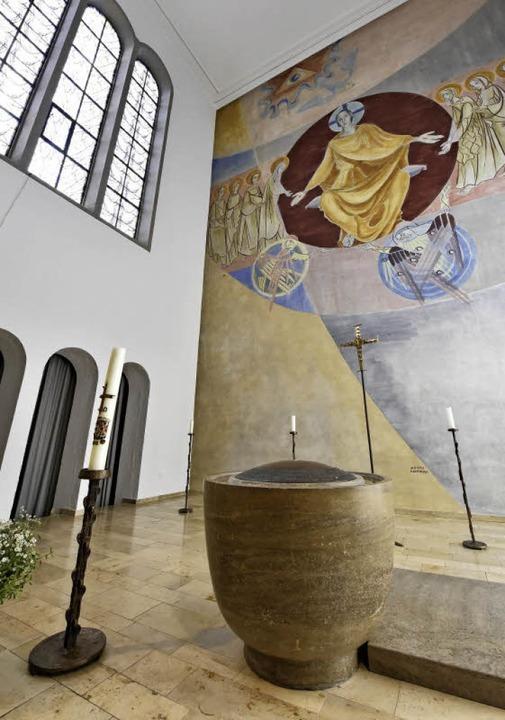 Das Taufbecken wurde in den früheren Altarbereich  versetzt.  | Foto: Michael Bamberger