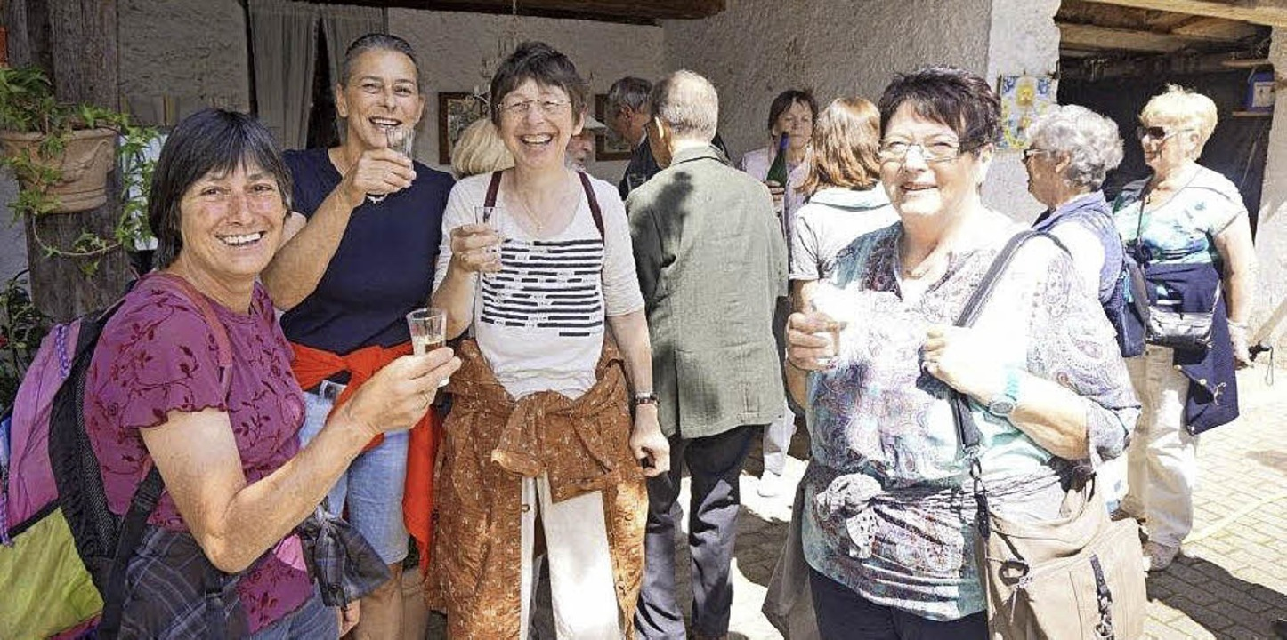 Ein Prosit auf die Gastlichkeit in Kir...es Ortsteilrundgangs durch Kirchhofen.    Foto: Anne Freyer/Andrea gallien