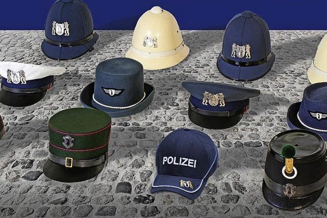 Parade durch Basler Innenstadt mit Musikformationen, Fahrzeugen und Polizisten