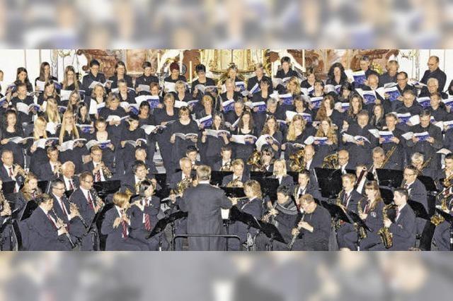 Kirchenchor mit Solisten und Orchester konzertieren in Tiengen