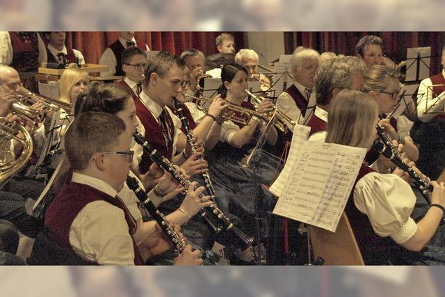 Blaskapellen spielen zur Unterhaltung beim Musikfest in Urberg