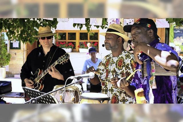 Afrikanisches Essen und afrikanische Rhythmen beim Familienfest für den guten Zweck
