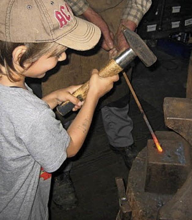 <BZ-FotoAnlauf>Kindergarten: </BZ-Foto...ie Kinder schwangen selbst den Hammer.  | Foto: Kindergarten