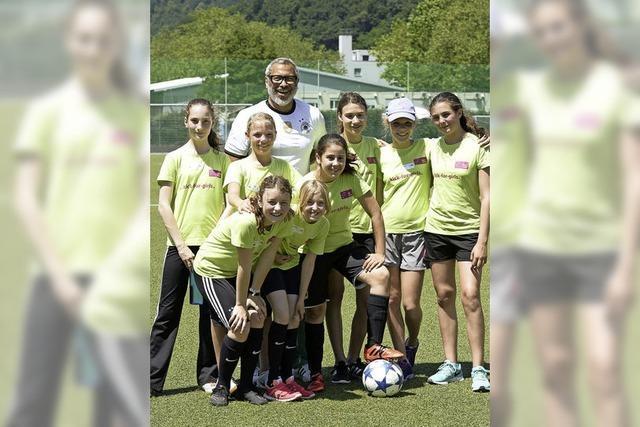 Jimmy Hartwig besucht junge Fußballerinnen beim