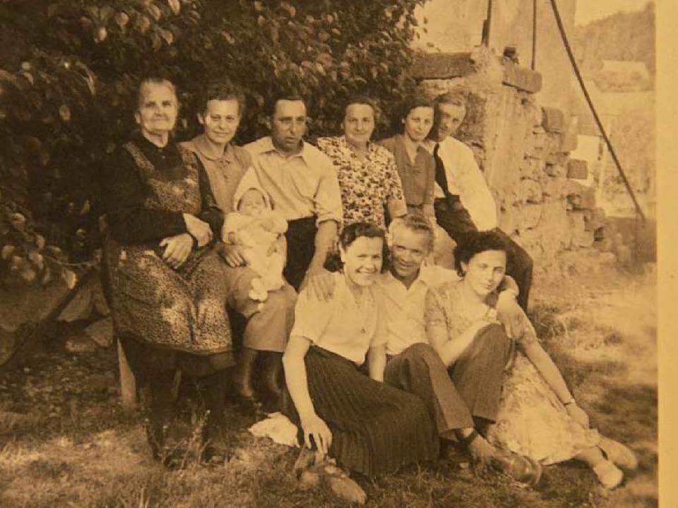Martha Henkel (hi., 4. v. l.) 1953 vor...erationen ihrer schlesischen Herkunft.  | Foto: Privat