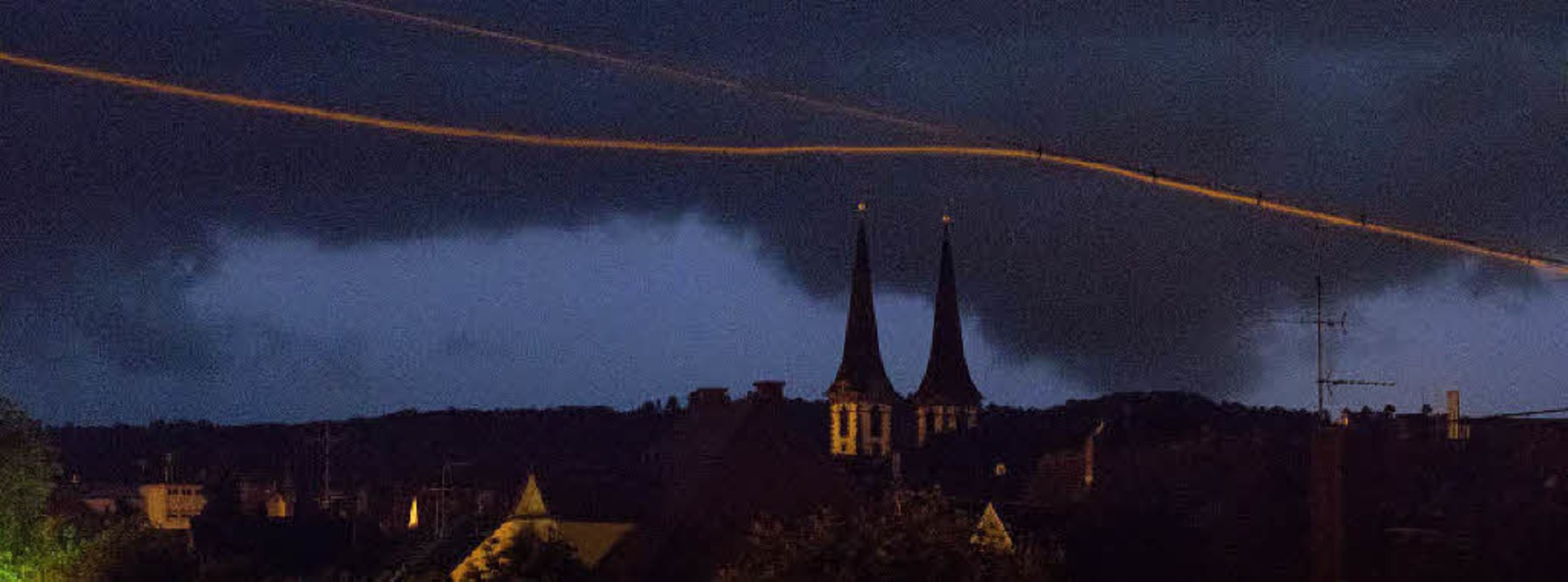 Dieses Foto von der heranziehenden Unw...der Nacht zum Samstag gegen 0.40 Uhr.     Foto: Hans-Jürgen van Akkeren