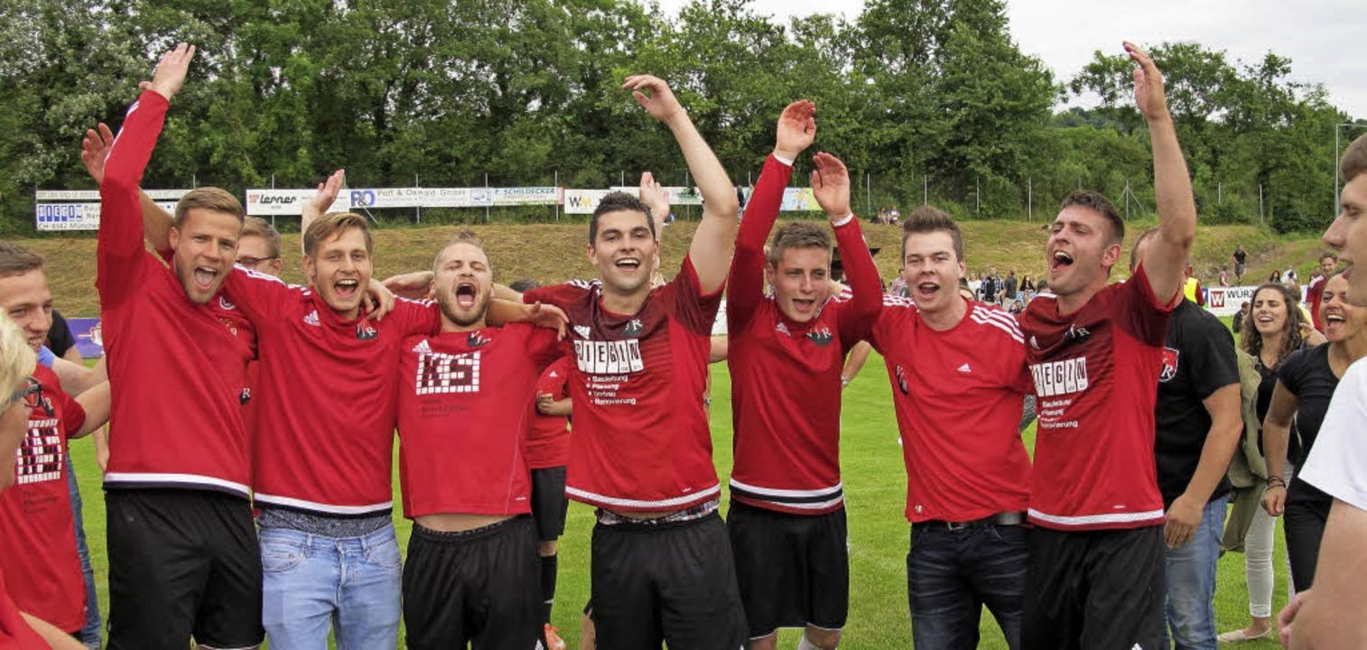 Riesenfreude über den Bezirksligaaufst...lingen feierten auf  dem Fußballplatz.  | Foto: Jutta Schütz