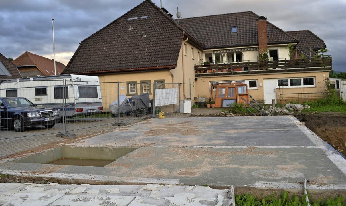 Zwischen dem Rathaus und der Kapelle e...deren Bodenplatte schon zu sehen ist.   | Foto: Paul Berger