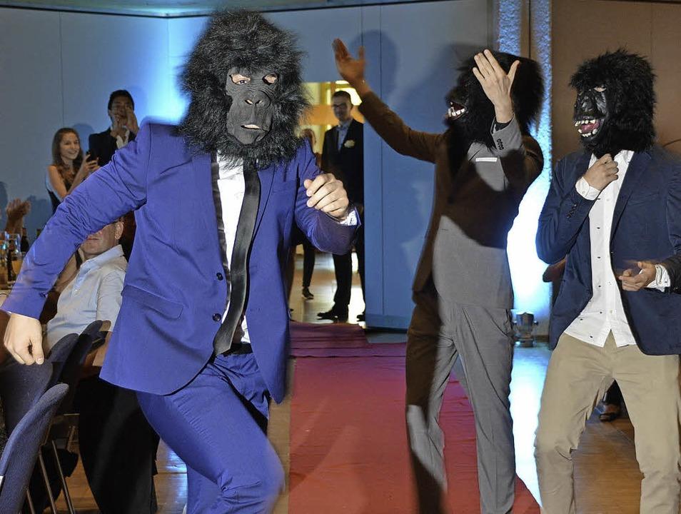 Die drei Gorillas sorgten zu Beginn des Abiballs für Vergnügen.  | Foto: Horatio Gollin