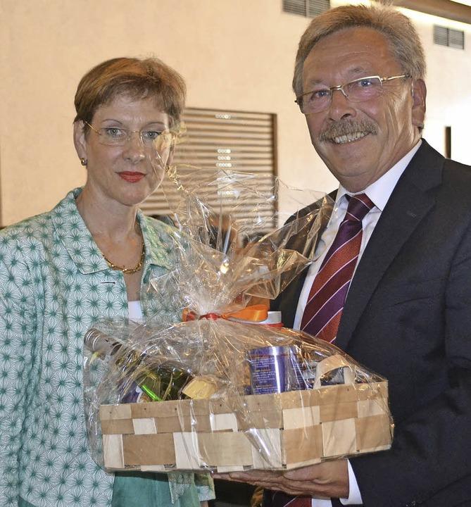 Die Glückwünsche des Landkreises überb...er mit dem Vorsitzenden Michael Gehri.  | Foto: Paul Berger