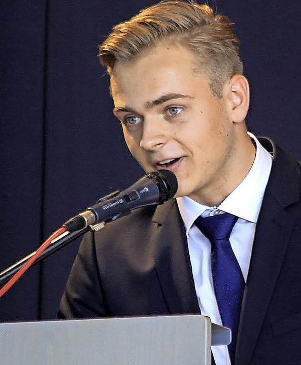 Stehenden Applaus gab es für Lennart Neugarts Abirede.    Foto: Sandra Decoux-Kone