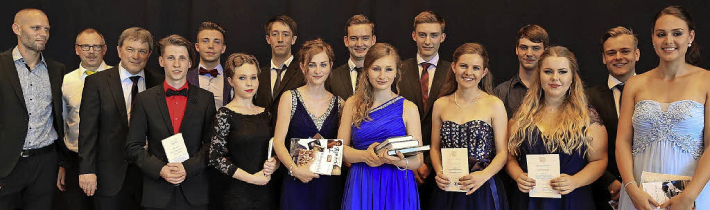 Die Preisträger des Abiturjahrgangs 20...itzik (Erster bis Dritter von links).     Foto: Sandra Decoux-Kone
