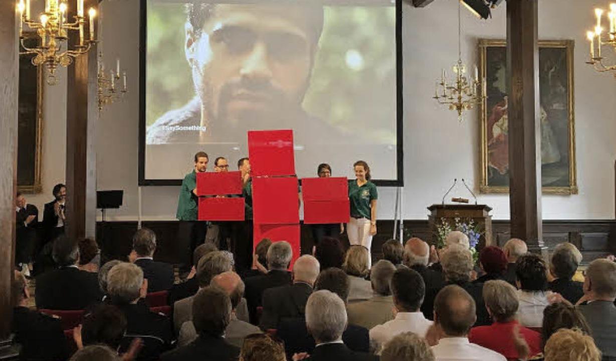 Auch ein Rotes Kreuz, Marke Eigenbau, gab's beim Festakt.   | Foto: Höhl