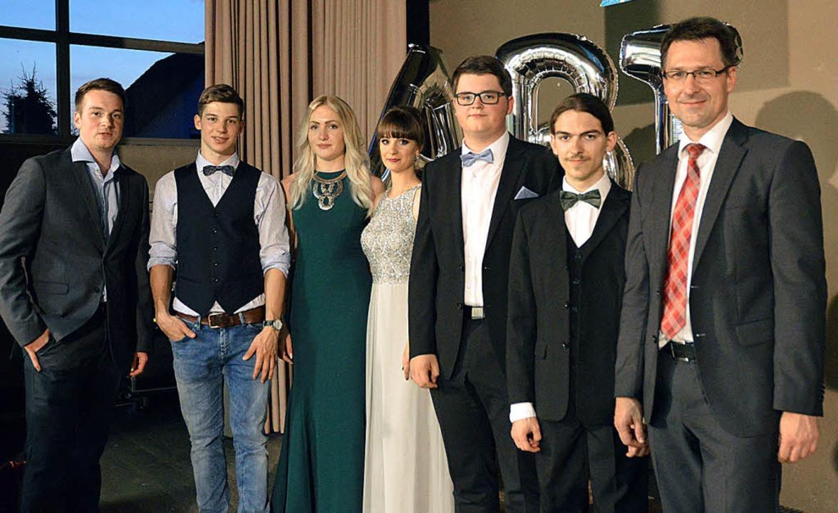 Preise gab es für die Besten (von link...gratuliert Schulleiter Bernd Wiedmann.    Foto: Schule