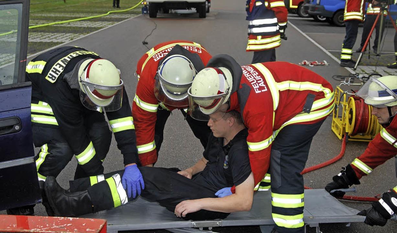 Technische Hilfeleistung: Aus einem Pe...ine verletzte Person geborgen werden.   | Foto: Lins
