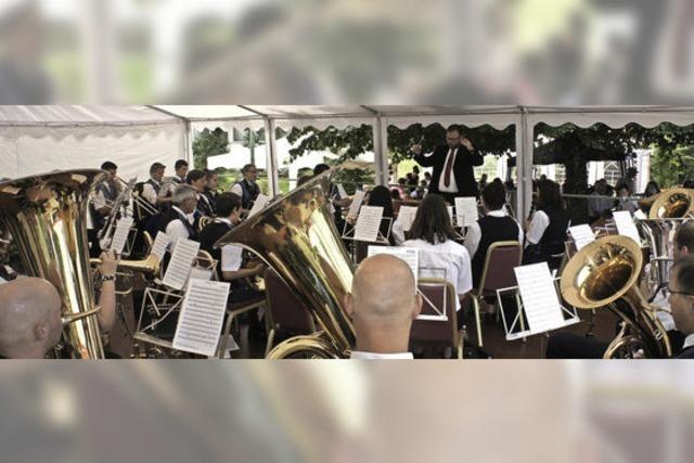 Besucher freuen sich über Musik und Kuchen
