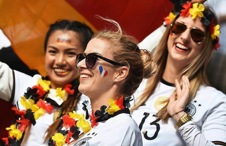 Die Fans feiern die deutsche Mannschaft.    Foto: AFP