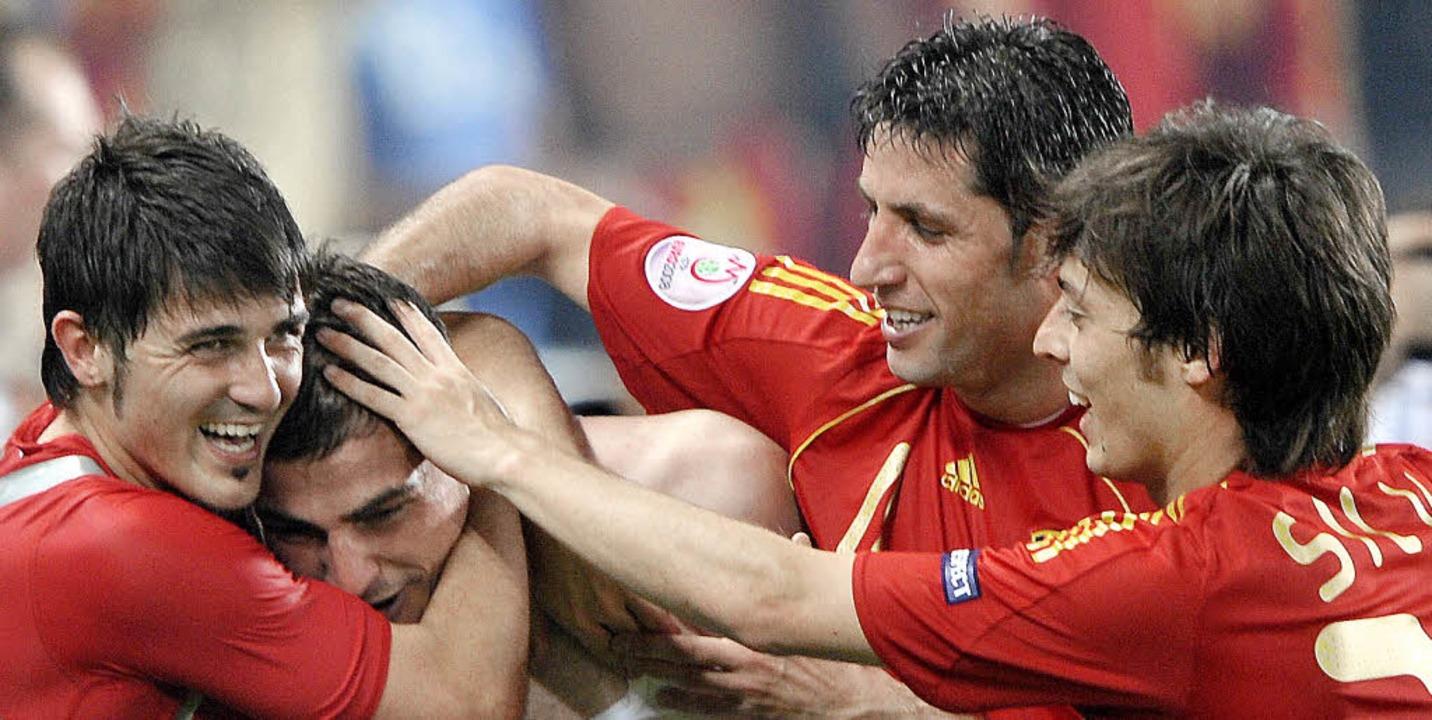 Der spanische Torwart Iker Casillas (Z... des  EM-Viertelfinals gegen Italien.     Foto:  DPA