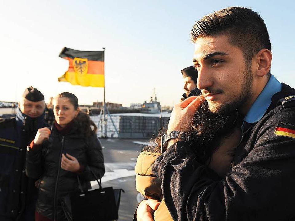 Bundeswehr von heute: Ein Marinesoldat... verabschiedet sich in  einen Einsatz.    Foto: Ingo Wagner
