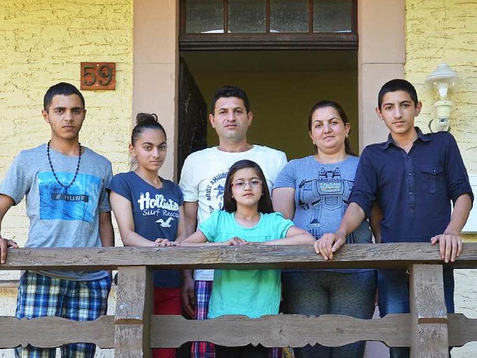 Familie Damjani vor ihrer Wohnung in d...utter Jalldyze Damjani und Sohn Hamdi.  | Foto: Nikola Vogt