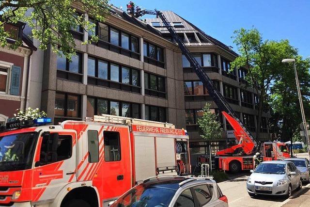Brand in der Freiburger Altstadt – Feuerwehr löscht am Dach