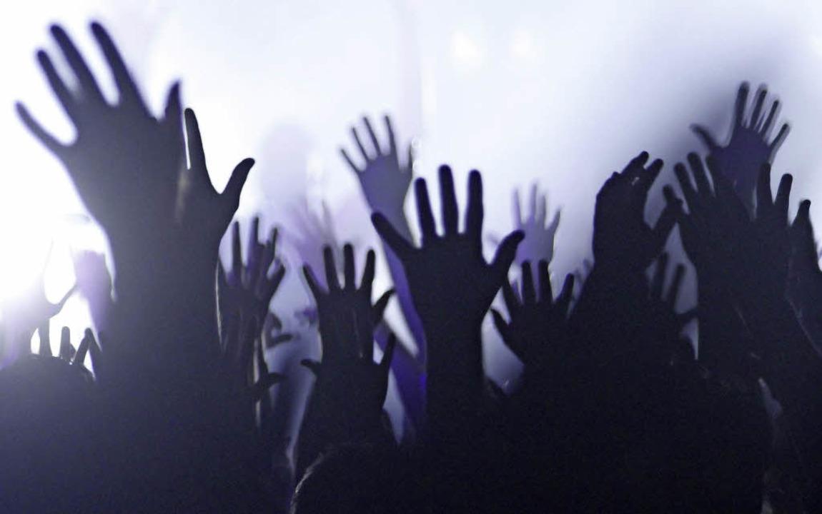 Hände hoch – Festivalstimmung gibt es nur mit guter Musik.      Foto: Wolfgang Grabherr