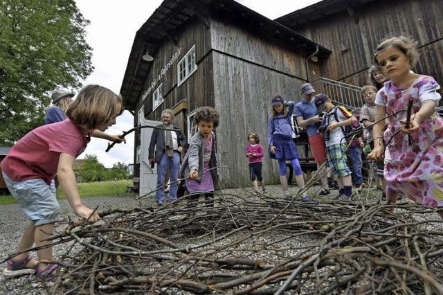 Beim Storchentag in Ebnet konnte man mit Familie Storch auf Du und Du gehen