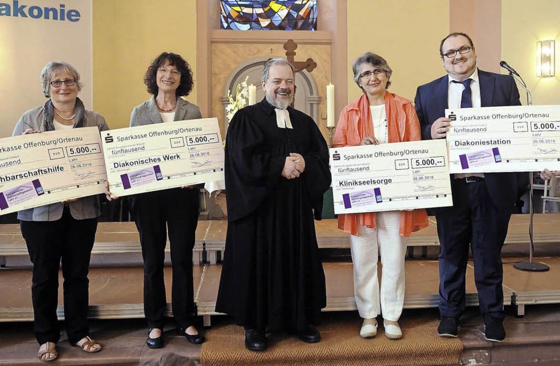 Scheckübergabe (von links): Karin Gant...ger, Dora Lutz und Benjamin Kässinger.  | Foto: WOLFGANG KUENSTLE