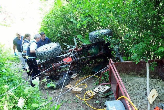 Lahr: Traktor begräbt Mann unter sich