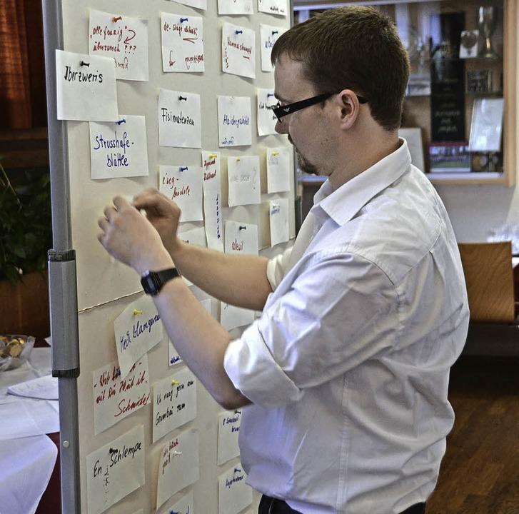 Moderator Johannes Helme beim Bestücke...lle alemannischen Begriffe gesammelt.   | Foto: Tanja Bury