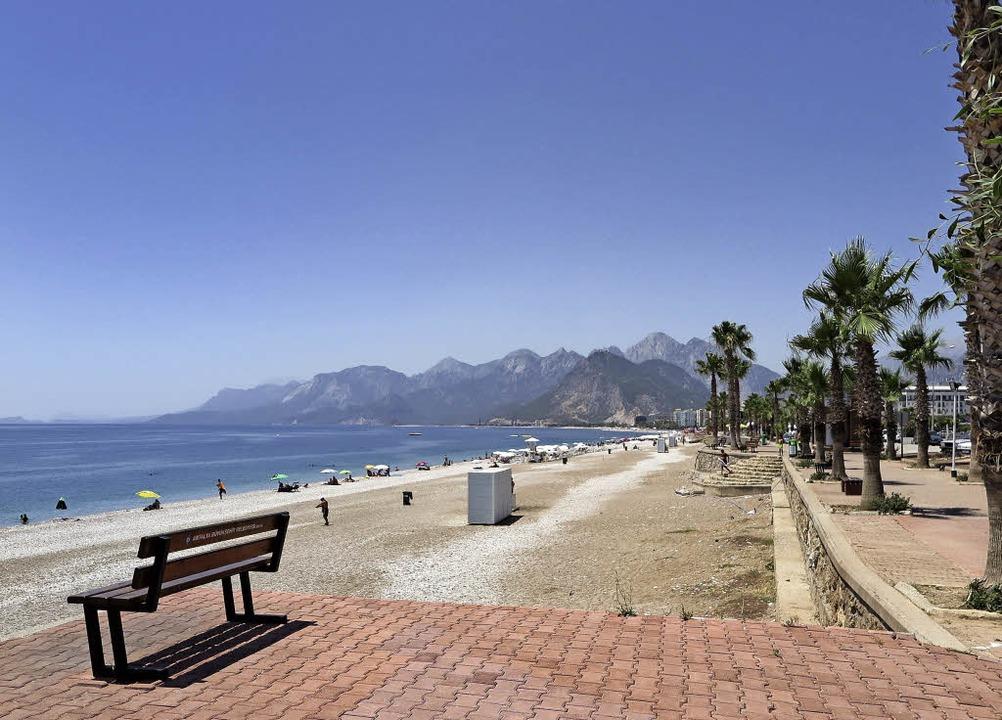 Eigentlich müsste im Juni hier kein Ba...trand in der Touristenhochburg Antalya  | Foto: dpa