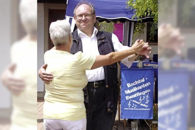 Gäste genießen Stimmung beim Gemeindefest