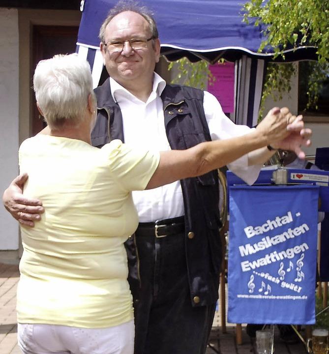 Bei dem Festwetter und der unterhaltsa...ogar ein Tänzchen mit Helga Roßnagel.   | Foto: Selz