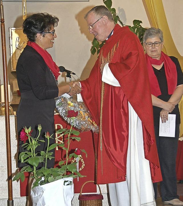 Nach 25 Jahren legte Kirchenchordirige...ter dankten für ihr großes Engagement.    Foto: Jutta Binner-Schwarz