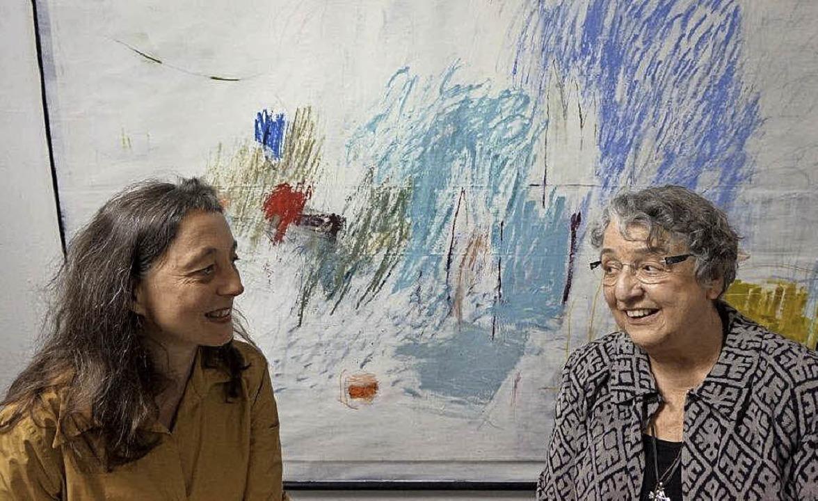 Simone Rosenow (links) beim Kunstverei...m Gespräch mit Margarete Tosch-Schütt   | Foto: Anne Freyer